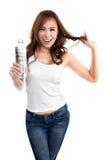 Mujer hermosa joven que sostiene la botella de agua Imágenes de archivo libres de regalías
