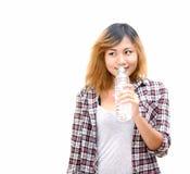 Mujer hermosa joven que sostiene la botella de agua Fotografía de archivo libre de regalías