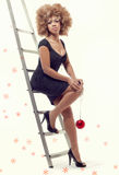 Mujer hermosa joven que sostiene una bola de la Navidad Fotografía de archivo