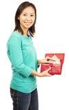 Mujer hermosa joven que sostiene una cartera foto de archivo