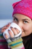 Mujer hermosa joven que sostiene una taza de café Fotos de archivo libres de regalías