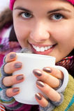 Mujer hermosa joven que sostiene una taza de café Foto de archivo