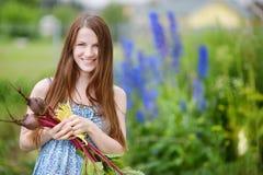 Mujer hermosa joven que sostiene verduras frescas Imagenes de archivo