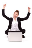 Mujer hermosa joven que tiene compras en línea, brazos extendidos Foto de archivo