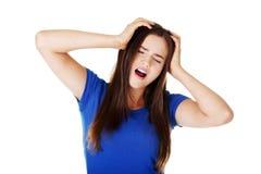 Mujer hermosa joven que tiene dolor de cabeza terrible. Fotografía de archivo libre de regalías