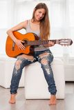 Mujer hermosa joven que toca la guitarra Fotos de archivo libres de regalías