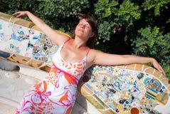 Mujer hermosa joven que toma el sol Imagenes de archivo