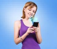 Mujer hermosa joven que usa un smartphone Imagen de archivo libre de regalías