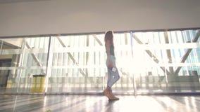 Mujer hermosa joven que va al avión de embarque en el terminal de aeropuerto almacen de metraje de vídeo