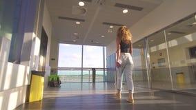Mujer hermosa joven que va al avión de embarque en el terminal de aeropuerto almacen de video