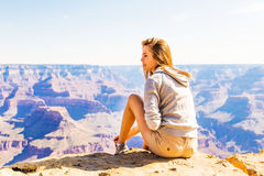 Mujer hermosa joven que viaja, Grand Canyon, los E.E.U.U. Fotografía de archivo