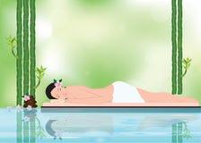 Mujer hermosa joven relajándose en el ambiente del balneario con el bambú Fotografía de archivo libre de regalías