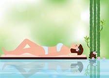 Mujer hermosa joven relajándose en el ambiente del balneario con el bambú Fotografía de archivo