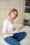 Mujer hermosa joven, trabajando con el ordenador portátil Fotos de archivo libres de regalías