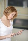 Mujer hermosa joven, trabajando con el ordenador portátil Imagen de archivo