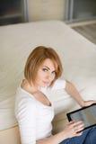 Mujer hermosa joven, trabajando con el ordenador portátil Imágenes de archivo libres de regalías