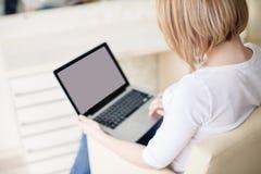 Mujer hermosa joven, trabajando con el ordenador portátil Foto de archivo libre de regalías