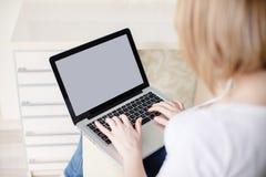 Mujer hermosa joven, trabajando con el ordenador portátil Imagen de archivo libre de regalías