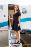 Mujer hermosa joven y jet del negocio del lujo Imagen de archivo