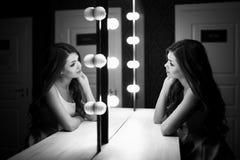 Mujer hermosa joven y reflexión en vestuario Fotos de archivo libres de regalías
