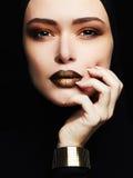 Mujer hermosa, joyería del oro cara como una máscara imágenes de archivo libres de regalías