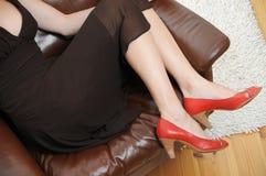 Mujer hermosa Lounging en una butaca Foto de archivo libre de regalías