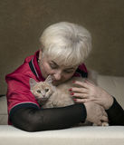 Mujer hermosa mayor en la casa imagen de archivo libre de regalías