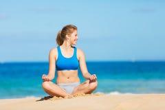 Mujer hermosa Meditating en la playa fotografía de archivo libre de regalías
