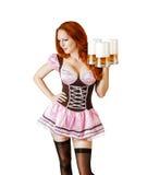 Mujer hermosa más oktoberfest atractiva con tres tazas de cerveza Imagen de archivo