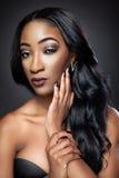 Mujer hermosa negra con los rizos lujosos Imagen de archivo