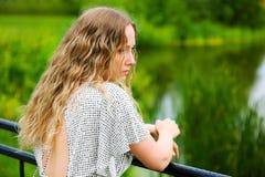 Mujer hermosa por el lago. Foto de archivo libre de regalías