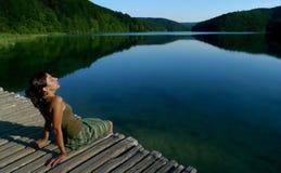 Mujer hermosa por un lago Fotografía de archivo libre de regalías
