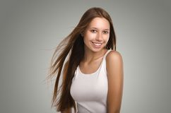 Mujer hermosa que anticipa Retrato sonriente de la muchacha casual Yo Imágenes de archivo libres de regalías