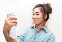 Mujer hermosa que aplica el tratamiento de aguas natural del espray en cara Imagen de archivo