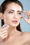 Mujer hermosa que aplica el tratamiento del cubo de hielo en cara Fotos de archivo libres de regalías