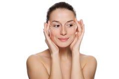 Mujer hermosa que aplica la crema cosmética Imagen de archivo libre de regalías