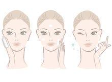 Mujer hermosa que aplica la loción del skincare