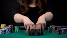 Mujer hermosa que apuesta todos los microprocesadores del casino, torneo aventurado del póker, jugando fotos de archivo libres de regalías