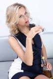 Mujer hermosa que bebe en un partido imagen de archivo libre de regalías