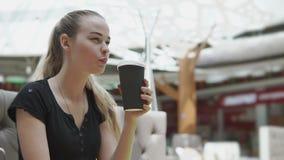 Mujer hermosa que bebe una taza de café almacen de video