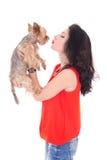 Mujer hermosa que besa su aislante del terrier de Yorkshire del pequeño perro Fotos de archivo