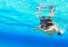 Mujer hermosa que bucea en el Mar Rojo Foto de archivo libre de regalías