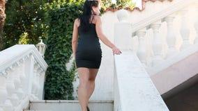 Mujer hermosa que camina arriba metrajes