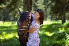 Mujer hermosa que camina con un caballo Imágenes de archivo libres de regalías