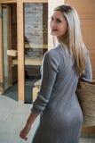 Mujer hermosa que camina delante de una sauna, balneario Imagen de archivo libre de regalías