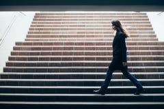 Mujer hermosa que camina en las escaleras subterráneos Foto de archivo libre de regalías