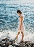 Mujer hermosa que camina en Pebble Beach Fotografía de archivo libre de regalías