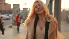 Mujer hermosa que camina en una calle de la ciudad de la primavera metrajes