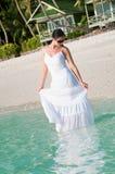 Mujer hermosa que camina a lo largo de la playa en la playa tropical imagen de archivo