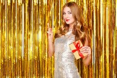 Mujer hermosa que celebra Año Nuevo Imágenes de archivo libres de regalías
